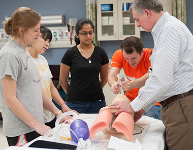 students procatice intubation with mobile medical library equipment